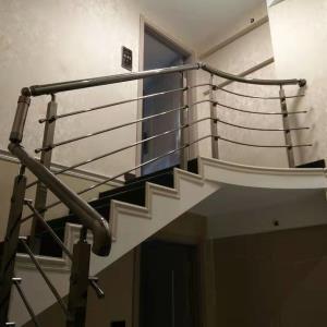星凯酒店(38mm不锈钢电镀黑钛色方管立柱穿线扶手)