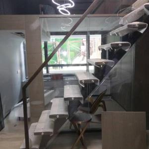鸿业城市花园钢木全玻璃扶手整梯
