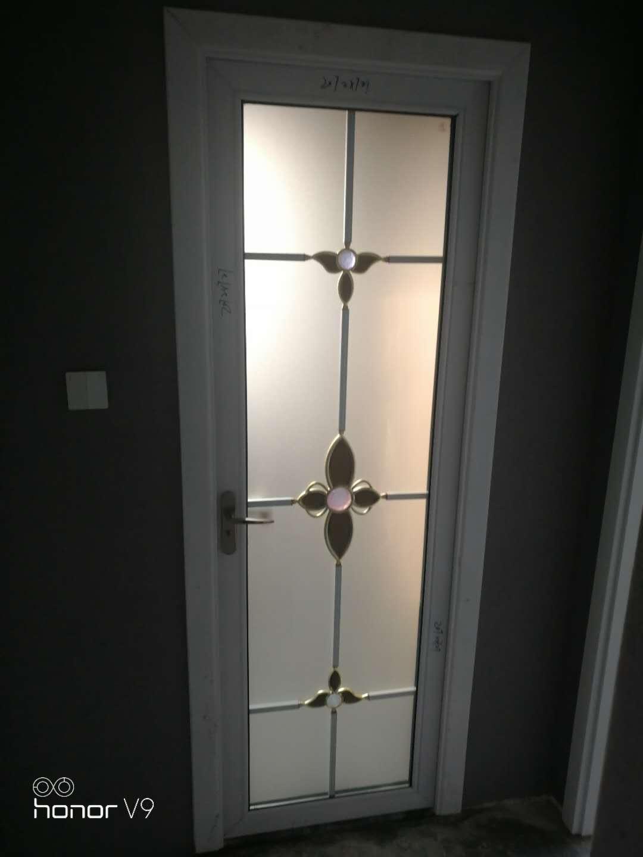 白色平开门